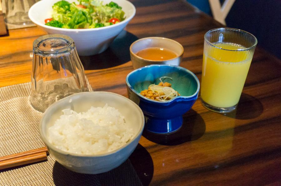炊きたてご飯と納豆、朝の飲み物はオレンジジュースをチョイス