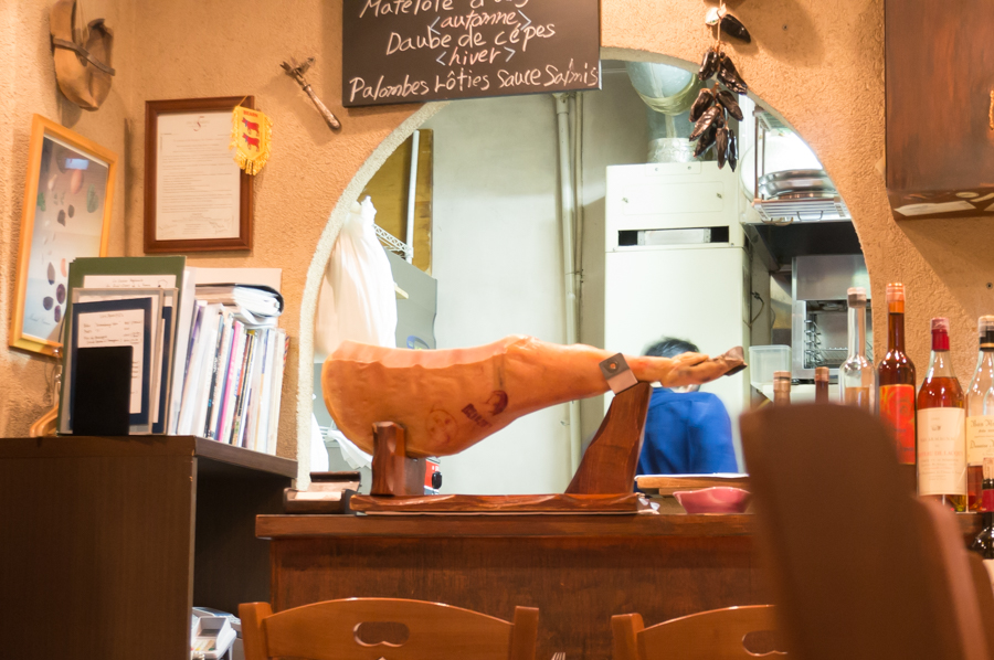 店内にはバスク産の原木生ハム