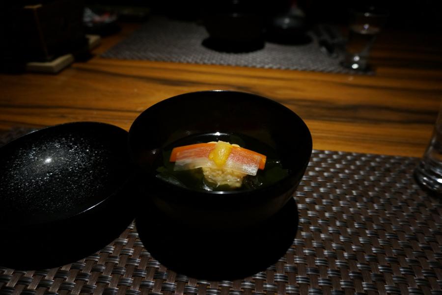 椀盛り 清汁仕立 海老真丈 焼椎茸 若布 紅白短冊 柚子