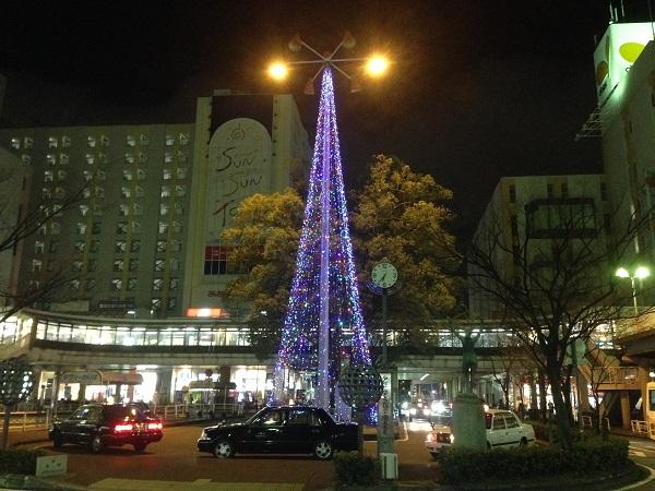 クリスマスツリーのイルミネーションと街の風景