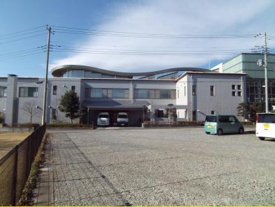 老人福祉センター、地域福祉センター、児童館の機能を持った複合施設の福祉団体室の正面のデジカメ写真