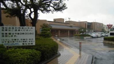 北側の3階玄関入口側の老人福祉センター、地域福祉センター、児童館の機能を持った複合施設をデジカメ写真
