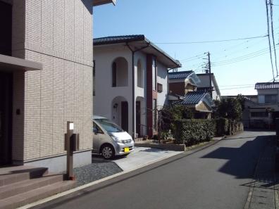 実家は自宅から歩いて5分の親父が設計した中央の白い住宅のデジカ写真