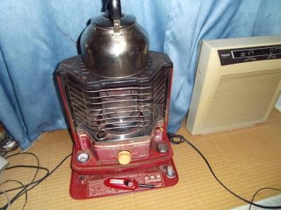 居間の石油ストーブのキャリングハンドルが故障した最後の燃焼させたストーブ写真