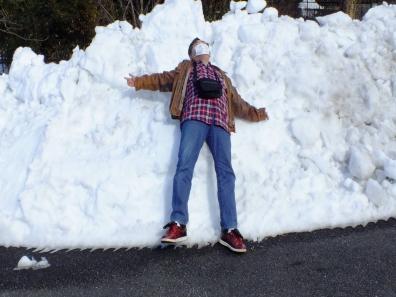 仙台のみゆきんさんの真似で積もった雪に寝転んだ俺の写真を友人が撮った写真
