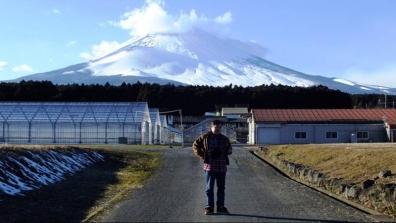富士山を背景にした革ジャンを着た僕の写真を一眼レフで