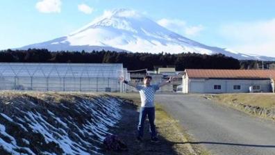 富士山を背景に脱ぎはじめガリTシャツ1枚になった僕を友人がネオ一眼レフカメラで撮影