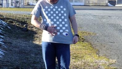 富士山を背景に脱ぎはじめガリTシャツ1枚のガリガリ君キャラクターを友人がネオ一眼レフカメラで撮影