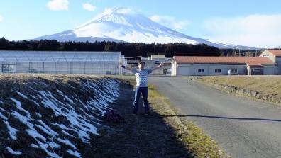 懸賞でガリガリ君TシャツことガリT当選したTシャツを着て富士山と記念写真を御殿場市にて