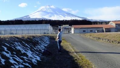懸賞当選したガリT1枚で寒い冬の御殿場市で富士山へ誠実に生きる事を誓う僕の記念写真