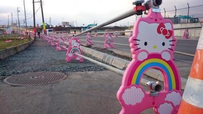 おもしろ写真で道路工事の仮設器具がハローキティになってるのは何故なのだろうか