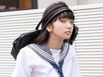 高校の部活を終えて父の見舞いへ行き疲れて帰宅する小松奈菜さん