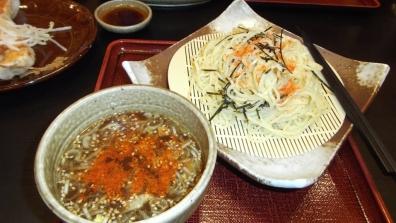 五味八珍の2名様コースで頼んだ濃厚な魚介醤油味のタレと麺に唐辛子を付け辛くし食べた