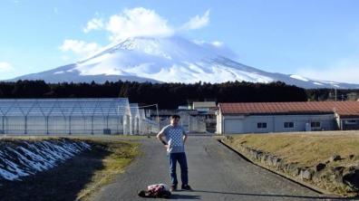 富士山を背景にTシャツ1枚。高校時代に富士登山で頂上まで行った。
