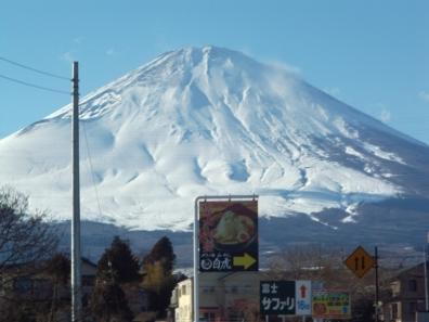 御殿場自衛隊演習の付近へ大きな富士山を撮影しに向かった時の車内から撮った巨大な富士山を写真撮影した