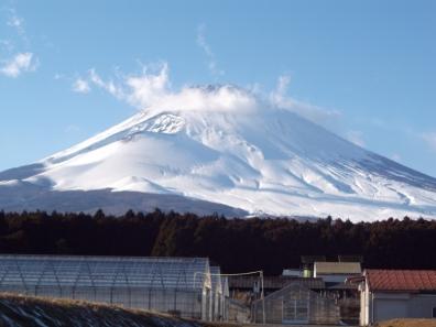 瞬間に姿や形が変わっていく富士山を大きめに写真撮影