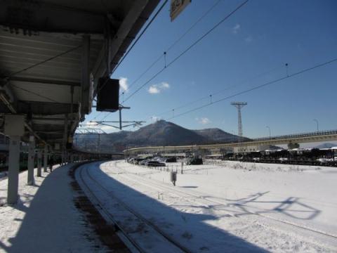 函館駅構内より函館山を望む