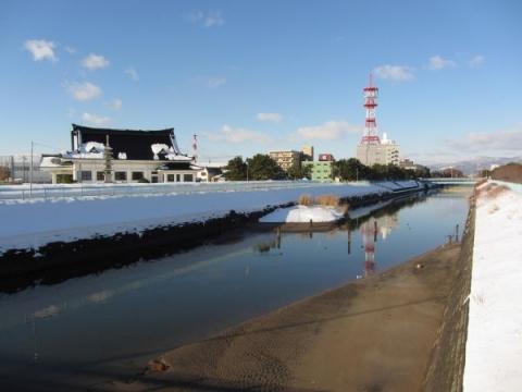 亀田川と函館市慰霊堂
