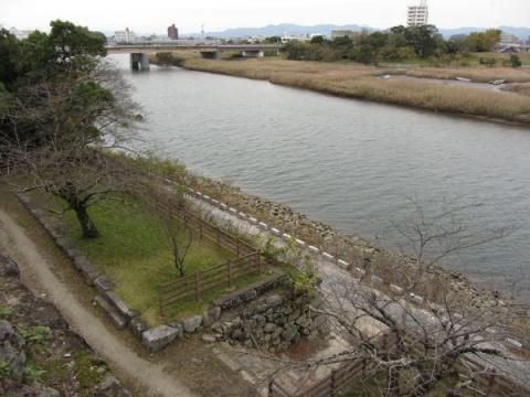 鉄櫓より川手櫓跡と吉田大橋を望む