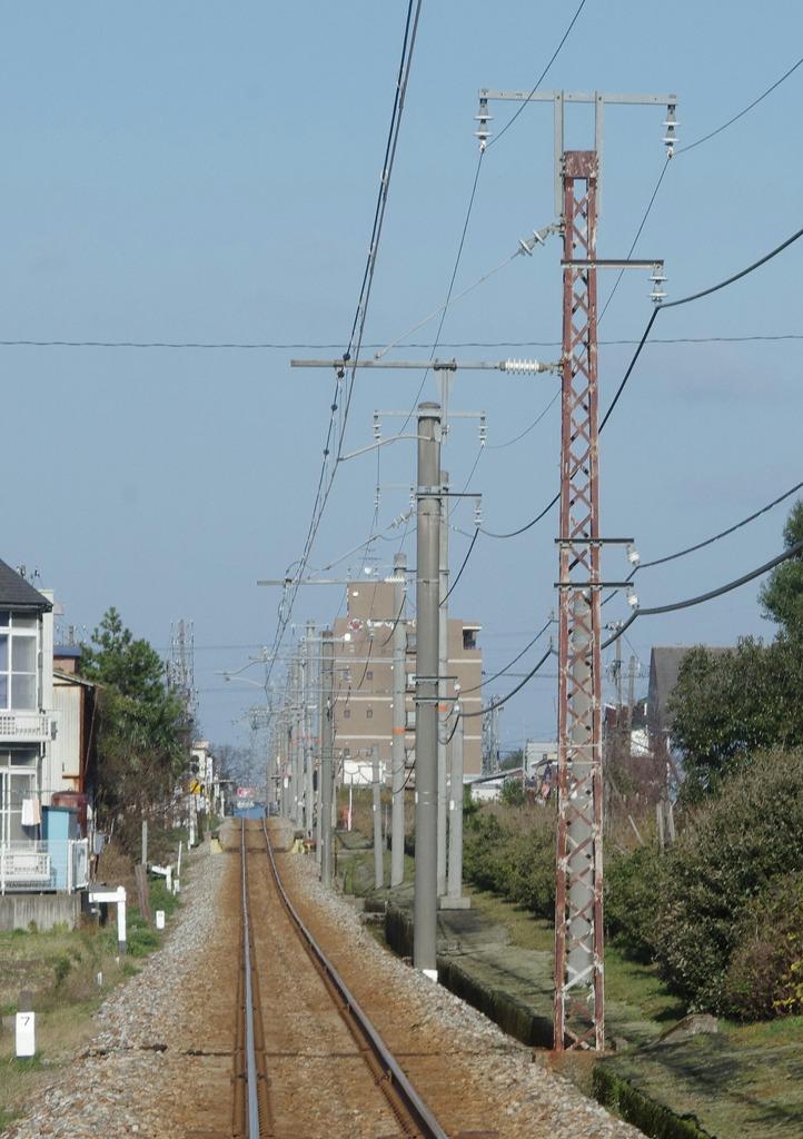 富山発金沢方面ゆき鈍行列車 富山ライトレールの鉄骨架線柱