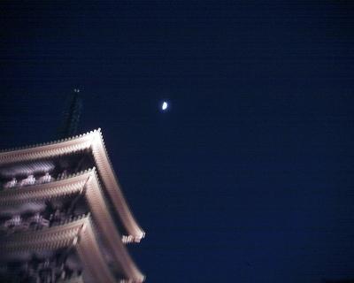 五重塔と上弦の月・浅草寺:R2