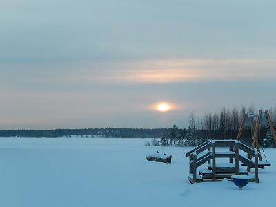 湖の向こうの夕陽