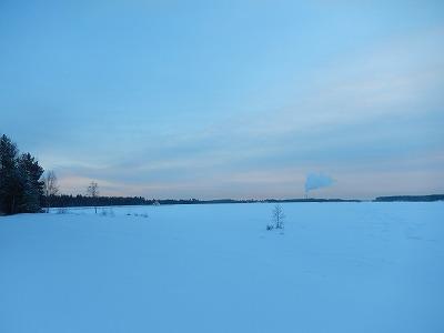 雪に埋もれた湖