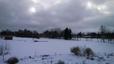 雪で覆われた川