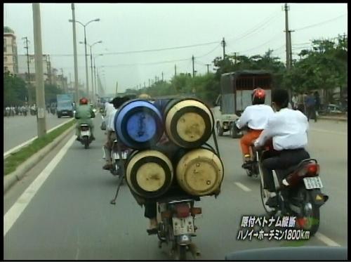 ベトナムのカブ荷物すごいの積んでるヤツ