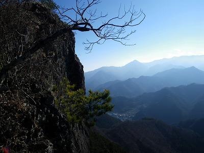 岩壁の向こうに稲含山