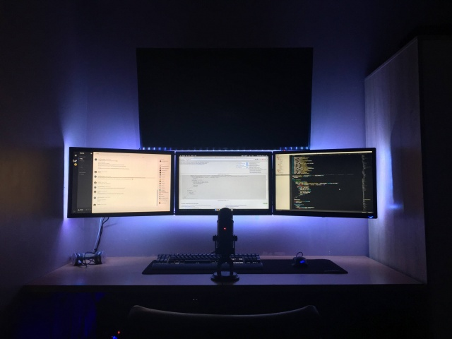 PC_Desk_MultiDisplay63_80.jpg