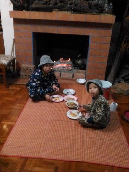寒すぎて暖炉の前での食事!