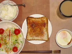 イチゴジャムトースト,目玉焼き,サラダ(キャベツ、大根、レタス、トマト),目玉焼き,オリゴ糖入りヨーグルト,コーヒー