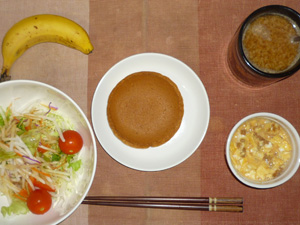 パンケーキ(塩キャラメル),サラダ(キャベツ、大根、レタス、トマト),大豆肉入りスクランブルエッグ,バナナ,コーヒー