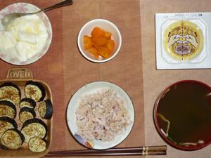 胚芽押麦入り五穀米,納豆,茄子のオーブン焼き,人参の煮物,ほうれん草とワカメのおみそ汁,オリゴ糖入りヨーグルト