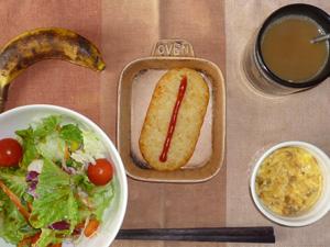 ハッシュドポテト,サラダ(キャベツ、レタス、パプリカ、トマト),大豆肉入りスクランブルエッグ,バナナ,コーヒー(豆乳)