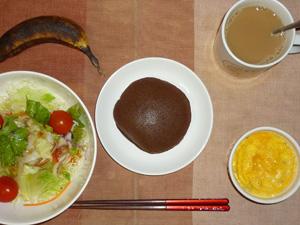 チョコレートパンケーキ,サラダ(キャベツ、レタス、トマト),玉子とマッシュポテトのココット,バナナ,コーヒー