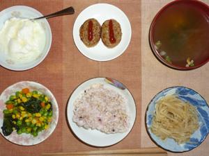 胚芽押麦入り五穀米,プチバーグ×2,もやしのわさび醤油和え,ほうれん草とミックスベジタブルのソテー,ワカメのおみそ汁,オリゴ糖入りヨーグルト