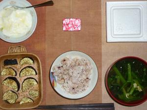 胚芽押麦入り五穀米,茄子のオーブン焼き,納豆,ほうれん草とワカメと油揚げのおみそ汁,生ハム入りチーズ,オリゴ糖入りヨーグルト,
