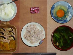 胚芽押麦入り五穀米,茄子とカボチャのオーブン焼き,生卵,ほうれん草とワカメのおみそ汁,生ハム入りチーズ,オリゴ糖入りヨーグルト