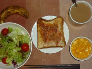 イチゴジャムトースト,サラダ(キャベツ、レタス、トマト),スクランブルエッグ,バナナ,コーヒー