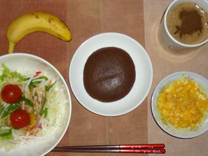 チョコパンケーキ,サラダ(キャベツ、レタス、大根、トマト),スクランブルエッグ,バナナ,コーヒー