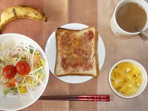 イチゴジャムトースト,サラダ(キャベツ、大根、レタス、トマト),玉葱入りスクランブルエッグ,バナナ,コーヒー