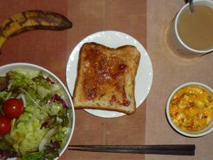 イチゴジャムトースト,サラダ(キャベツ、レタス、玉葱、トマト),玉葱入りスクランブルエッグ,バナナ,コーヒー