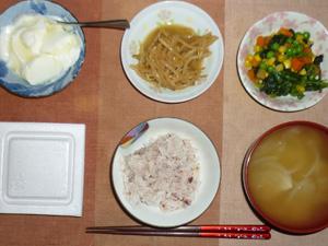 胚芽押麦入り五穀米,納豆,ほうれん草とミックスベジタブルのソテー,もやしのわさび醤油和え,玉葱のおみそ汁,オリゴ糖入りヨーグルト