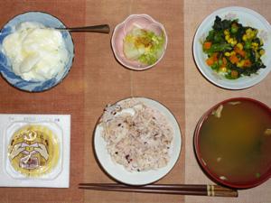 胚芽押麦入り五穀米,納豆,ほうれん草とミックスベジタブルのソテー,白菜の柚子漬物,ワカメと人参のおみそ汁,オリゴ糖入りヨーグルト