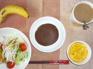 チョコパンケーキ,サラダ(キャベツ、レタス、水菜、トマト),玉子とマッシュポテトのココット,バナナ,コーヒー