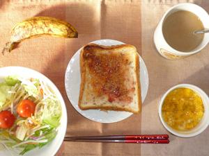 イチゴジャムトースト,サラダ,玉葱入りスクランブルエッグ,バナナ,コーヒー