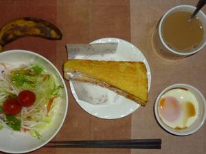 フレンチトースト,サラダ(キャベツ、レタス、大根、トマト),目玉焼き,バナナ,コーヒー