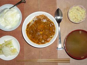 具だくさんトマトカレーライス,白菜のお漬物,マッシュポテト,ワカメと人参のおみそ汁,オリゴ糖入りヨーグルト